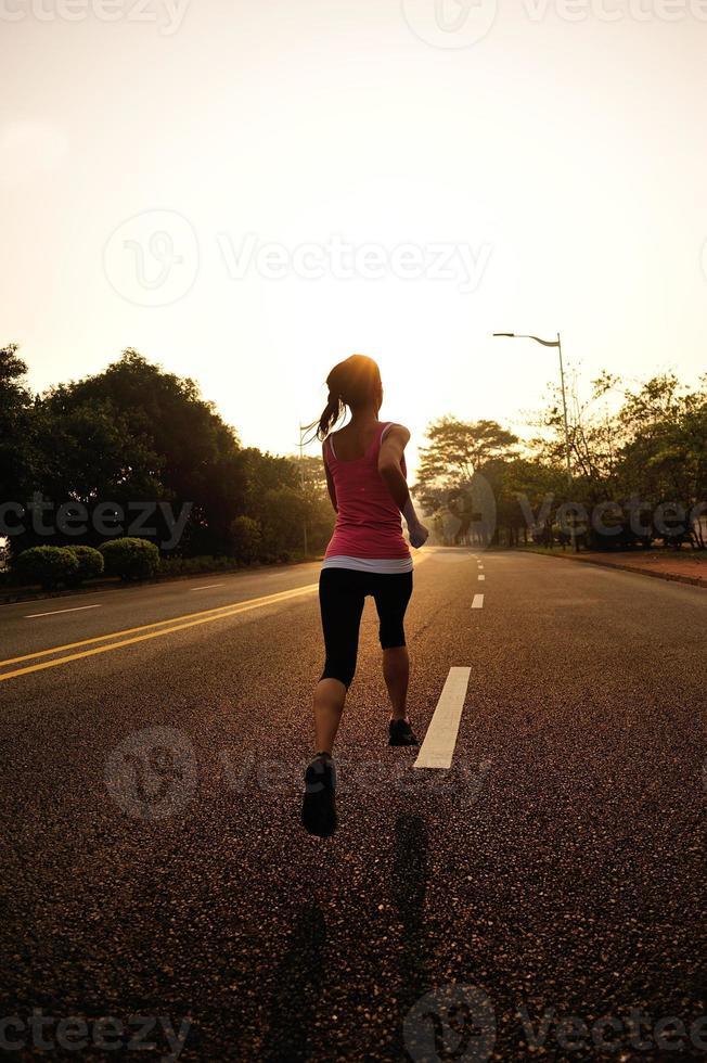 estilo de vida saudável fitness esportes mulher correndo na estrada. foto