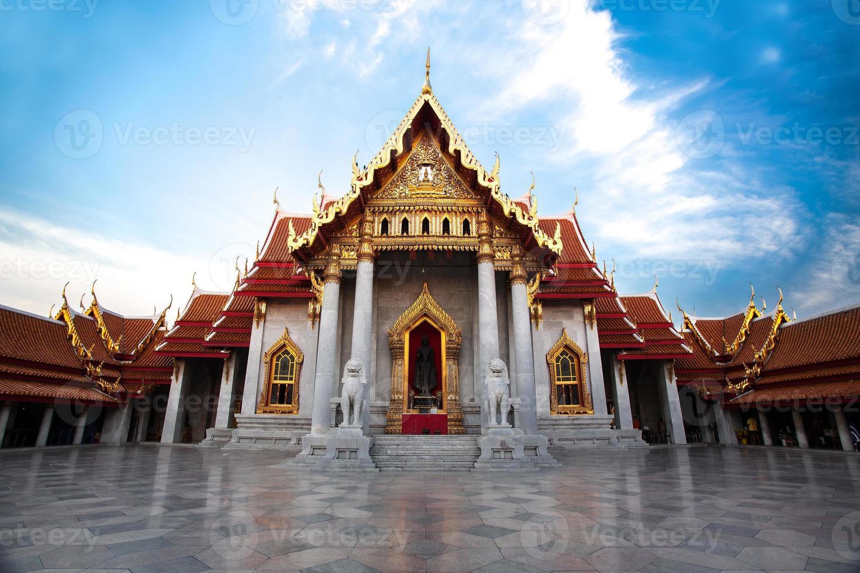 o templo de mármore com céu azul foto