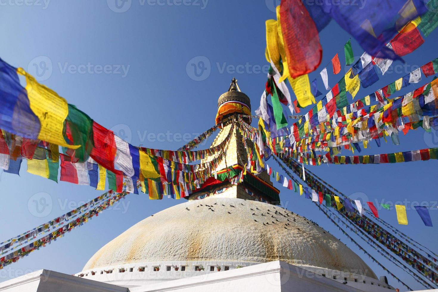 bodhnath stupa com bandeiras coloridas em kathmandu, nepal foto