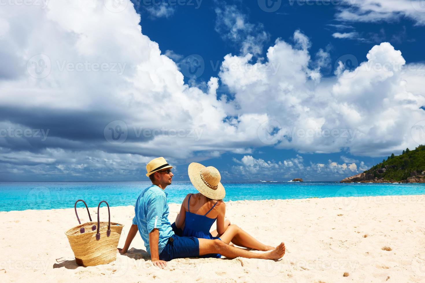 casal em uma praia em seychelles foto