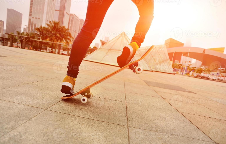 pernas de mulher de skate foto