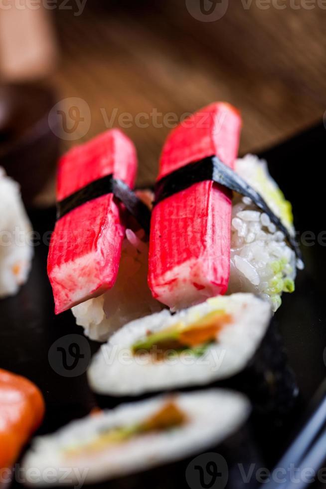 frutos do mar crus, conjunto de sushi japonês foto