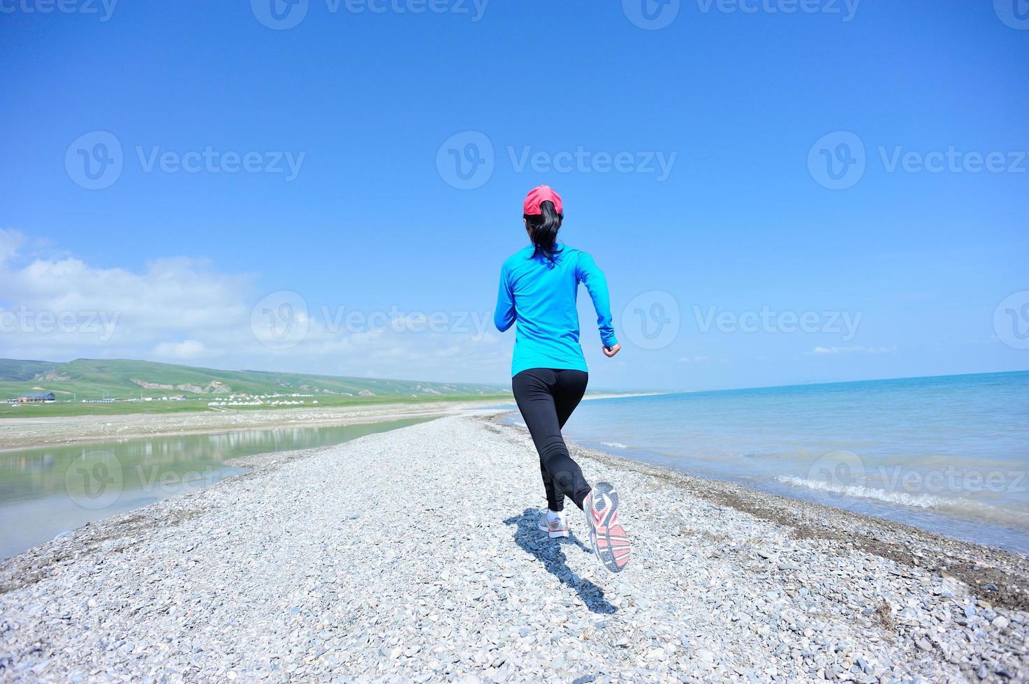 atleta corredor correndo na beira-mar foto