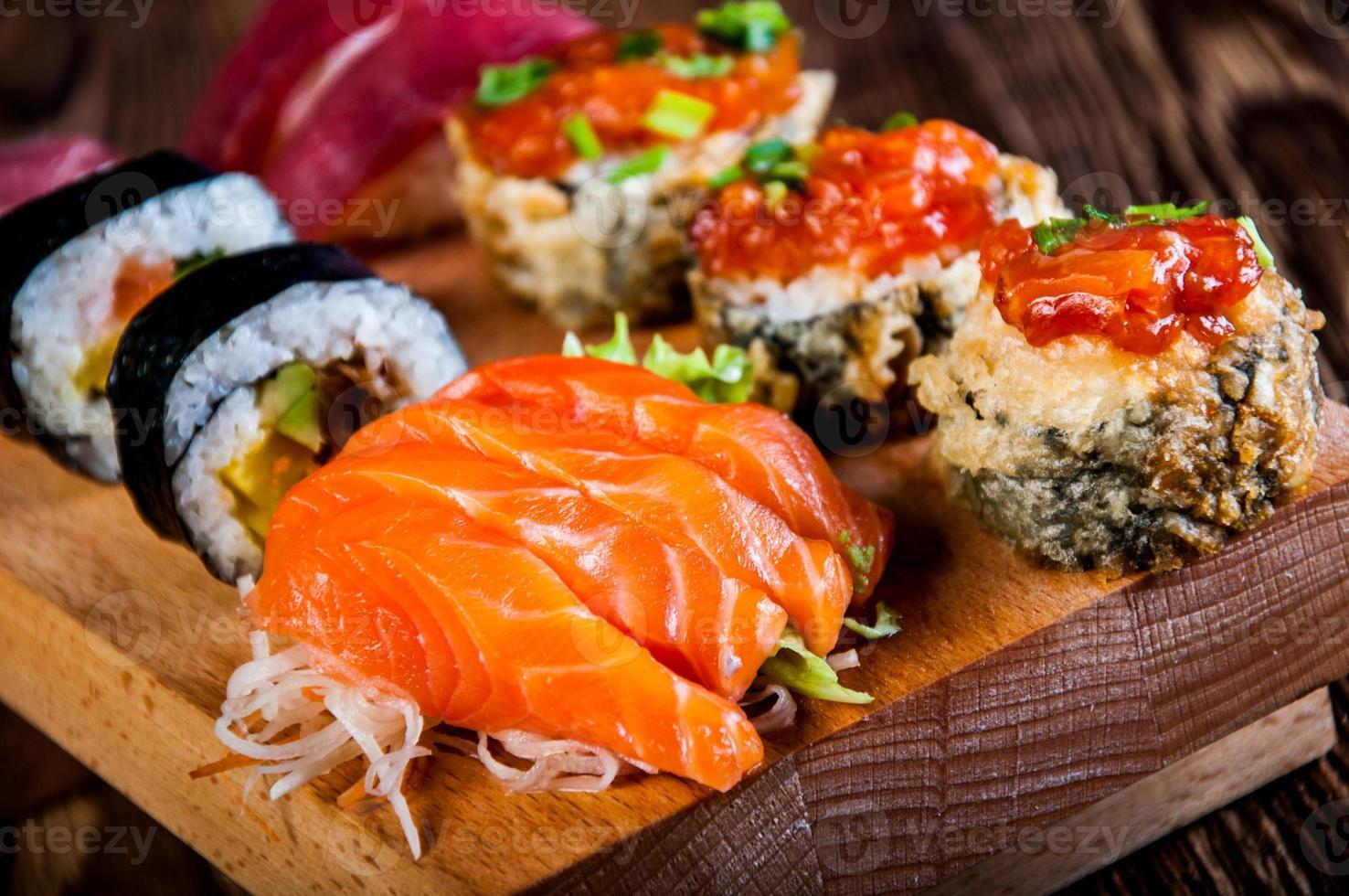 conjunto de sushi fresco japonês foto