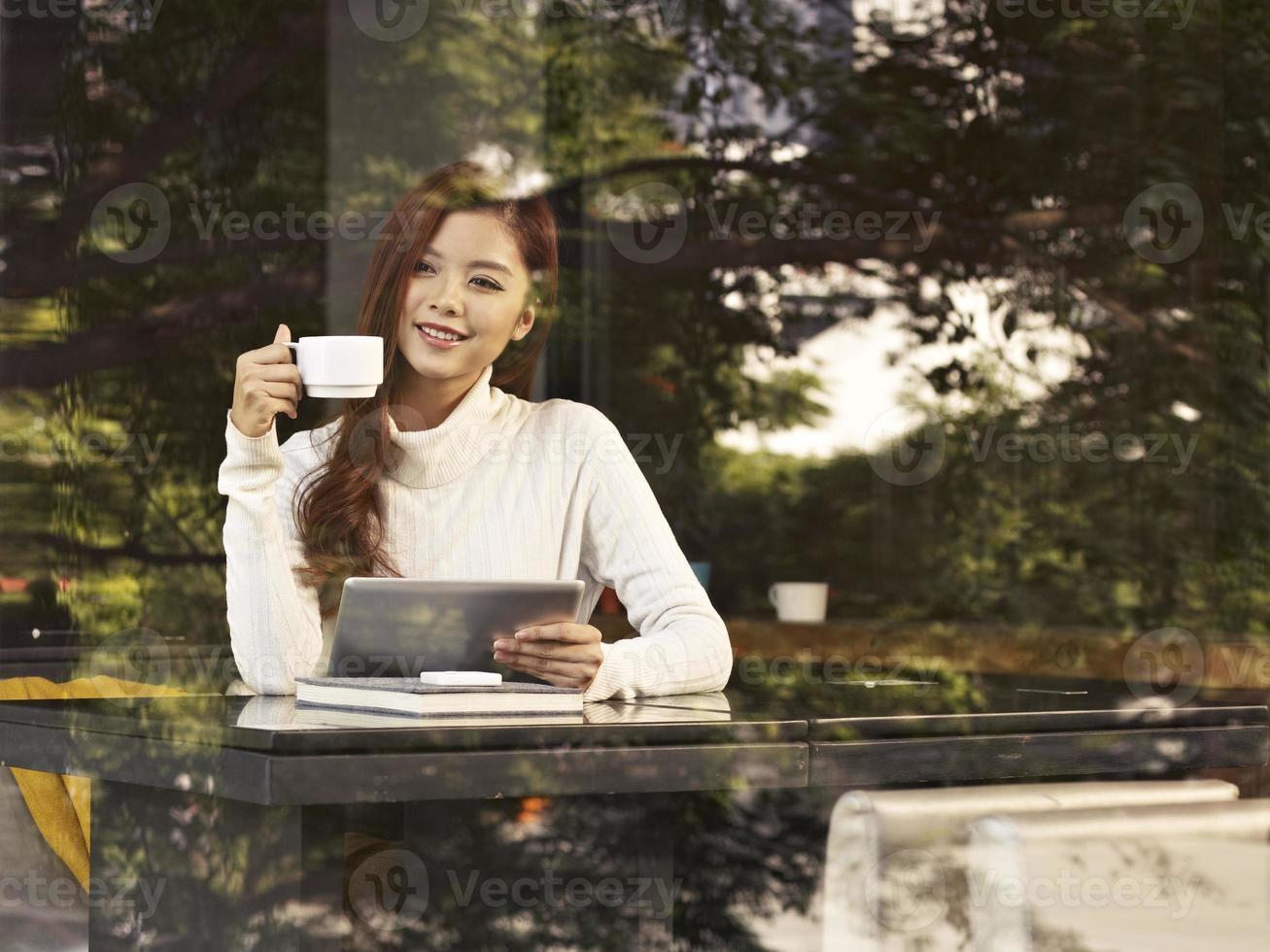 mulher no café foto
