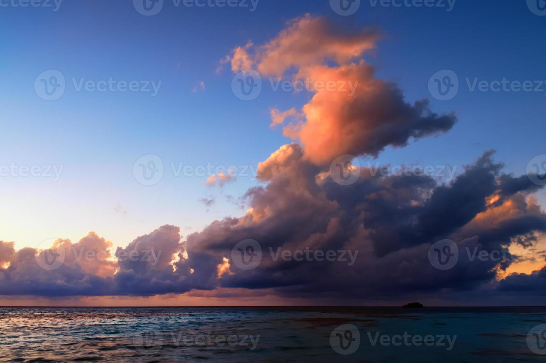 belo pôr do sol nas maldivas foto