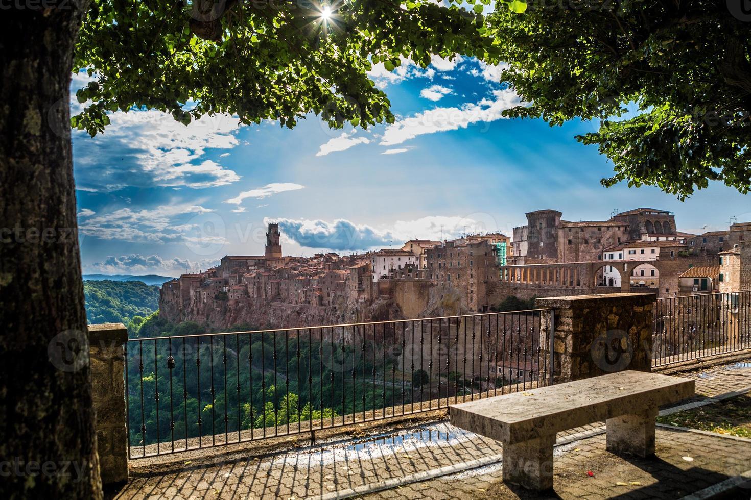 cidade medieval de pitigliano ao pôr do sol, Toscana, Itália foto