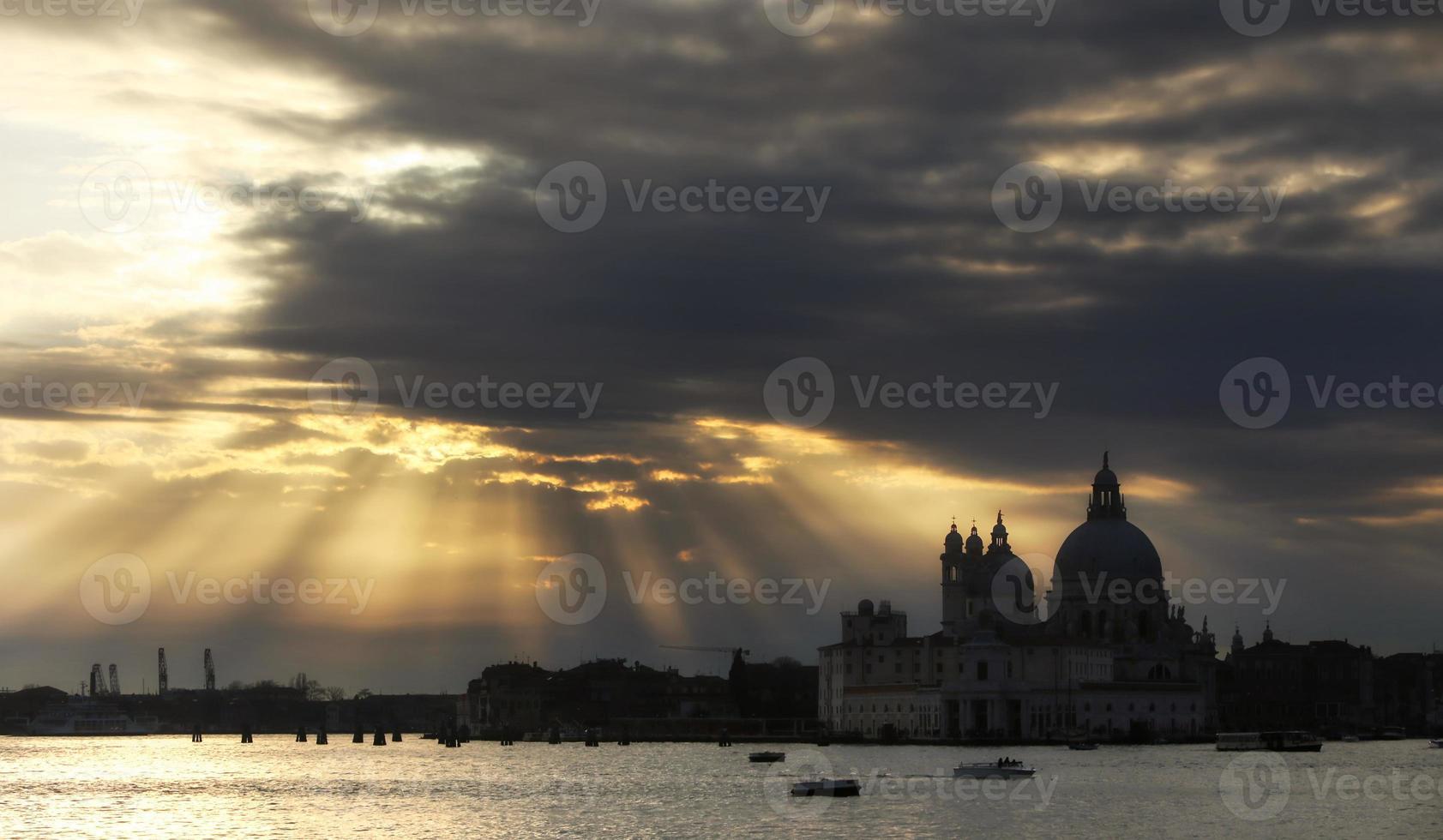 cloudscape sobre igreja de saudação de santa maria della foto