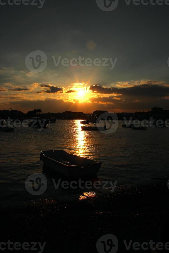 barco no porto ao pôr do sol foto