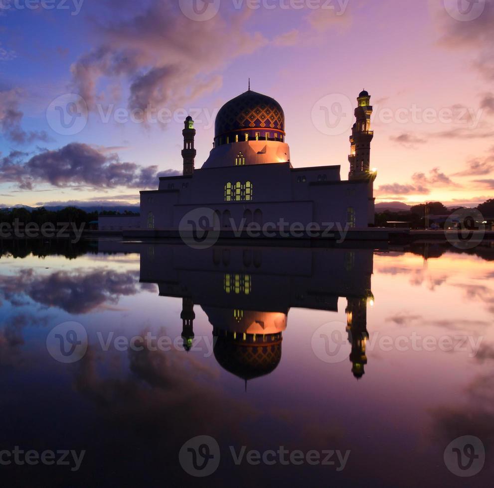 Mesquita flutuante de kota kinabalu em sabah, bornéu, malásia foto