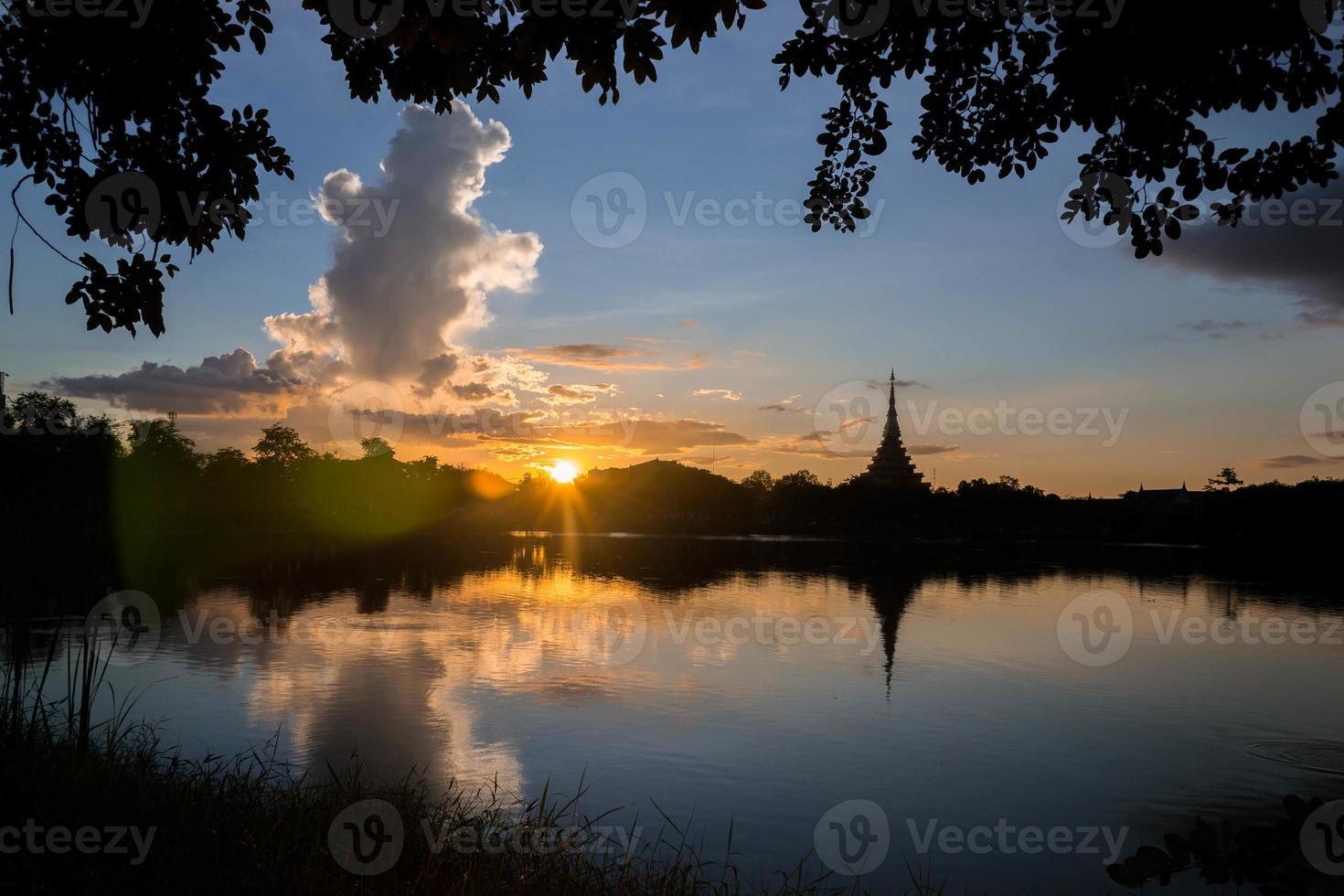 templo tailandês de silhueta foto