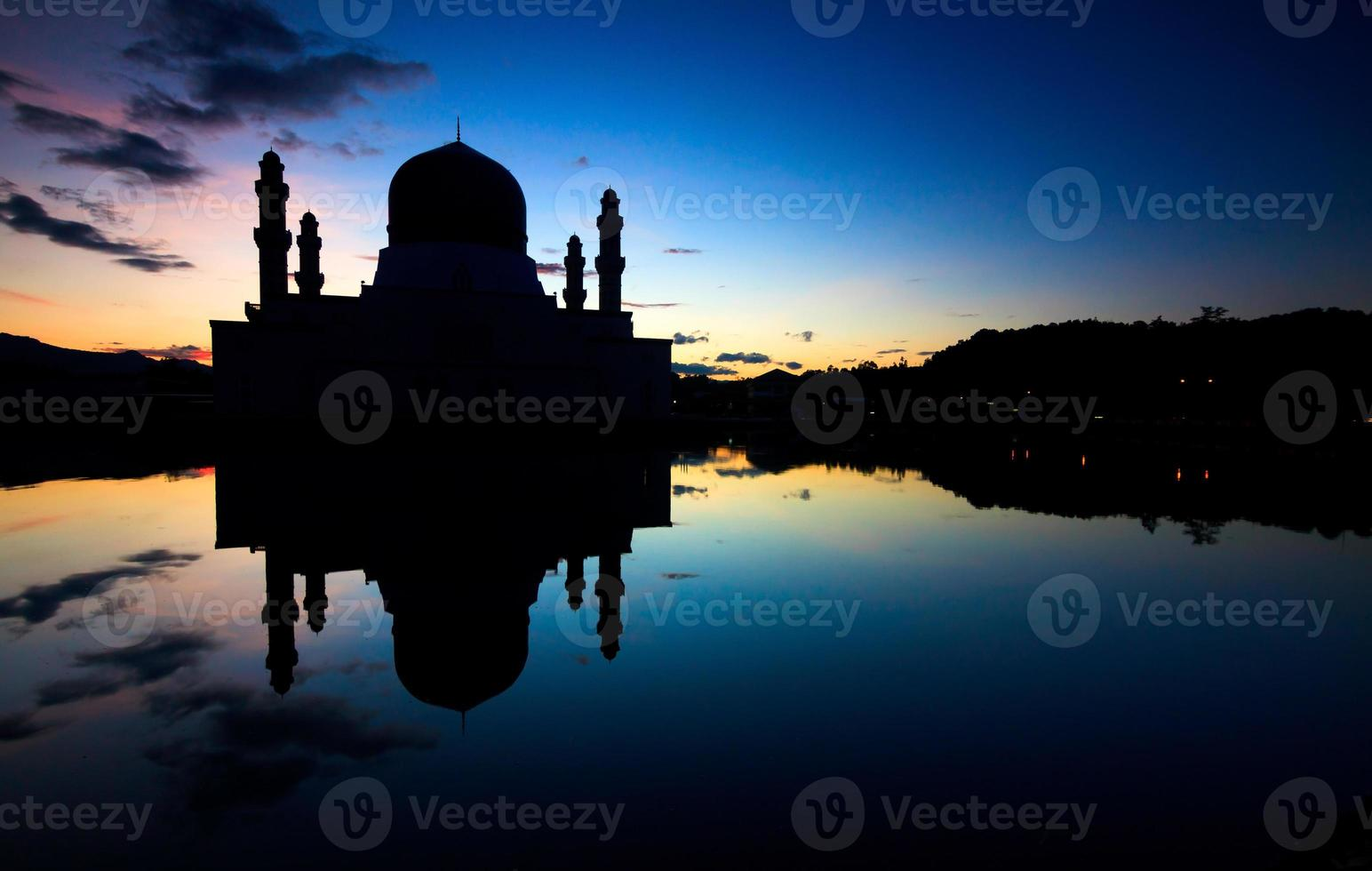 silhueta de uma mesquita em sabah, bornéu, malásia foto