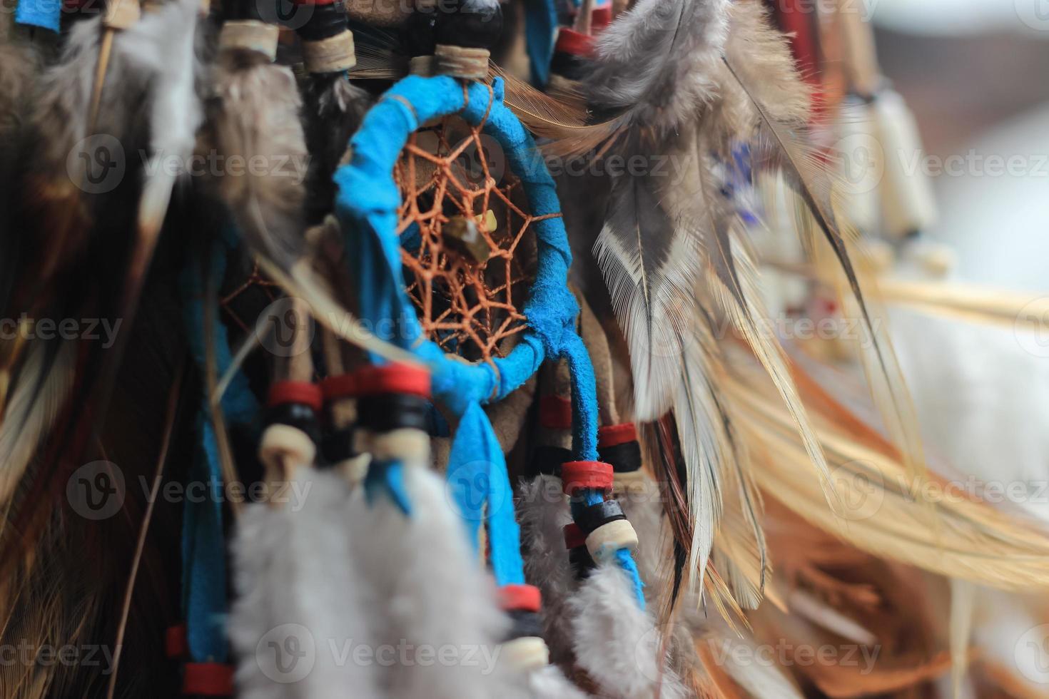 decorações feitas por penas na loja de souvenirs em bali foto