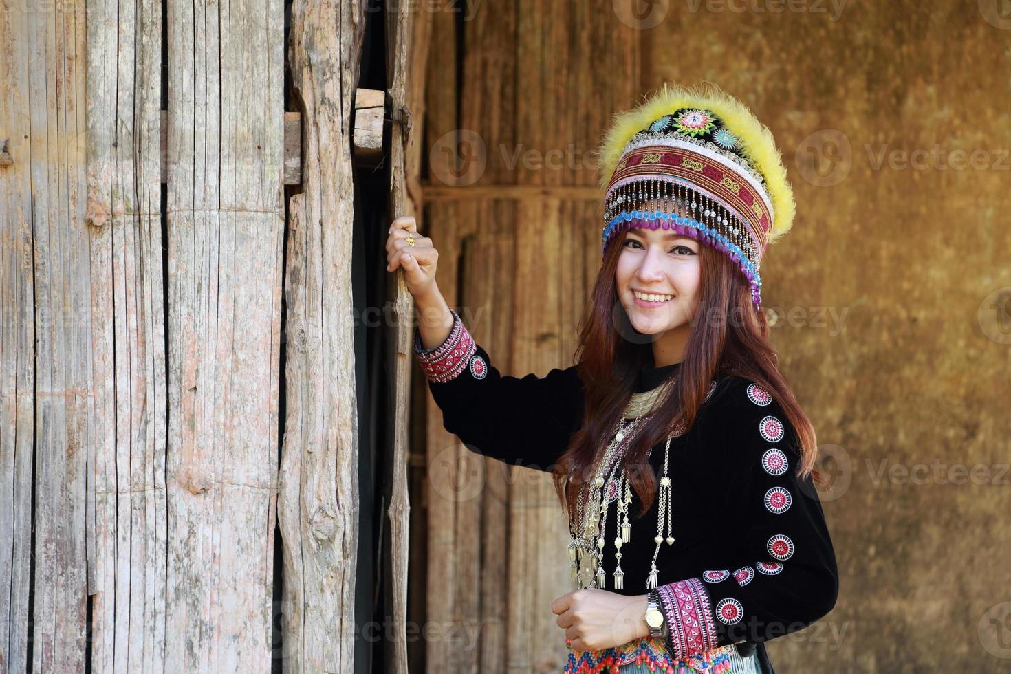 mulher de tribo mhong hill tradicionalmente vestida foto