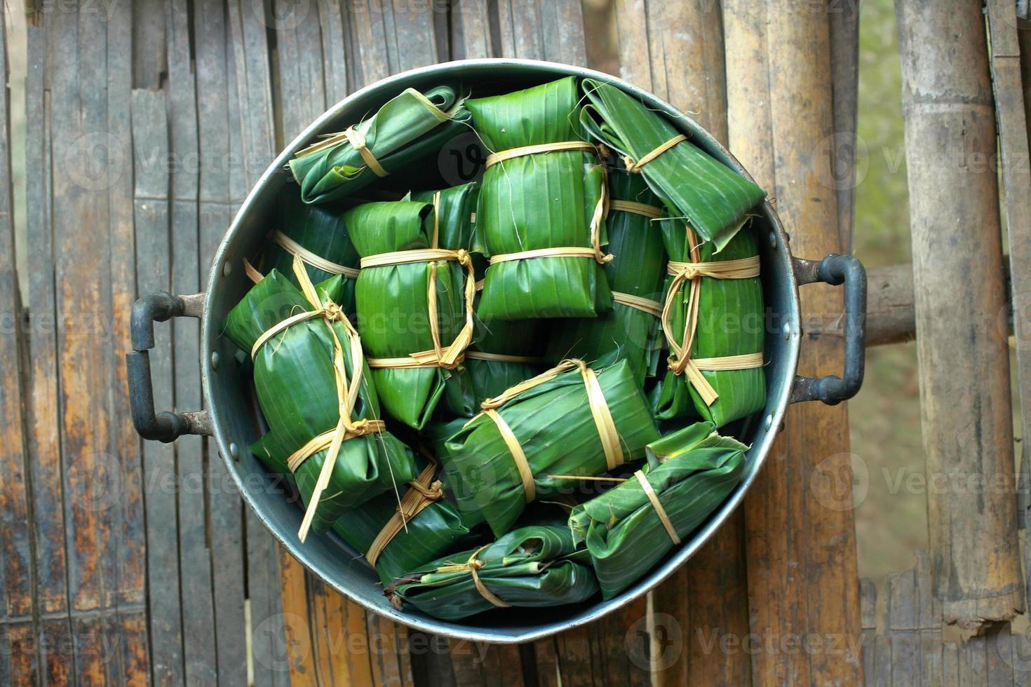 sobremesa tailandesa envolto em folhas de bananeira foto