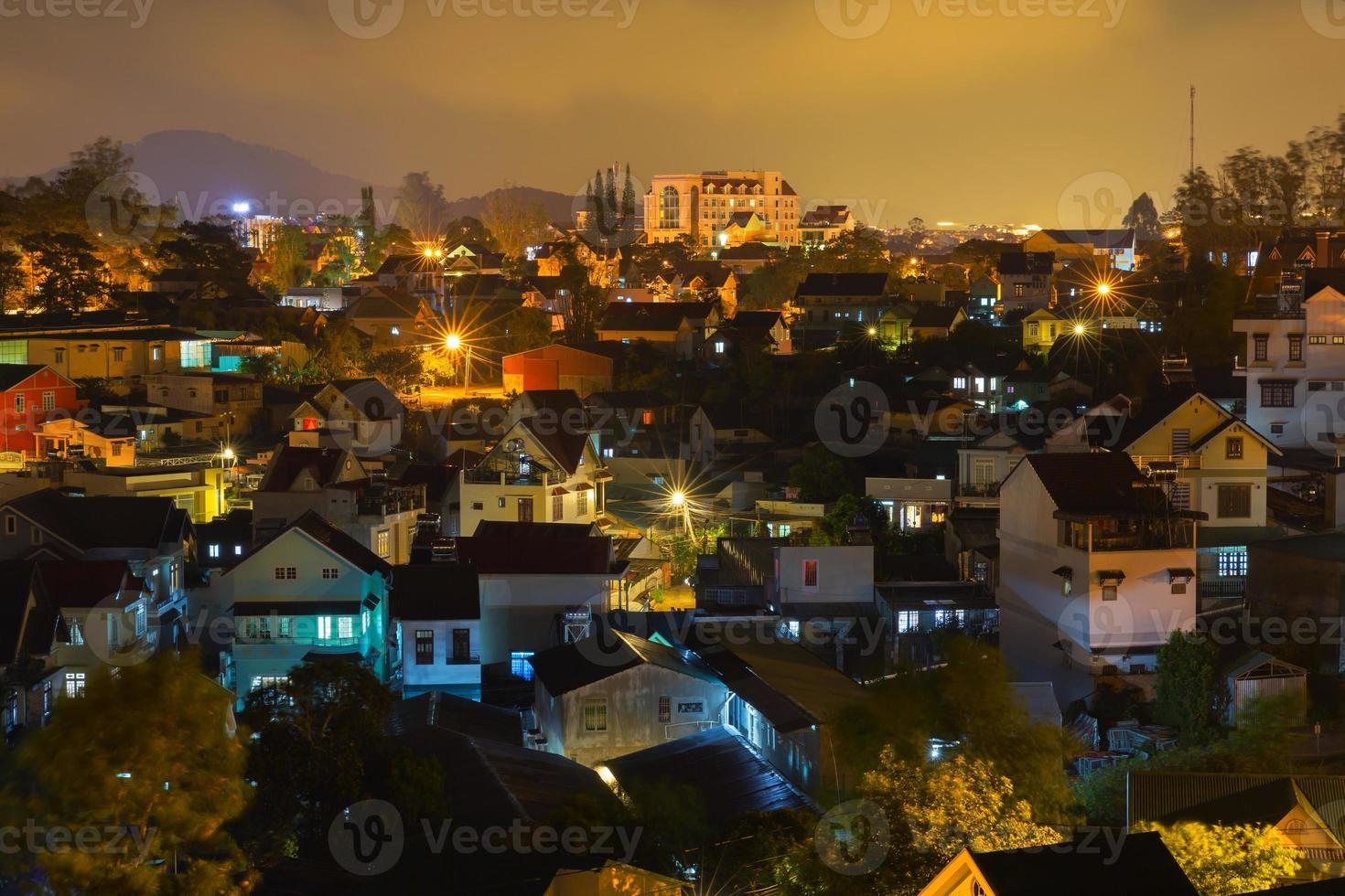 cidade de dalat à noite foto
