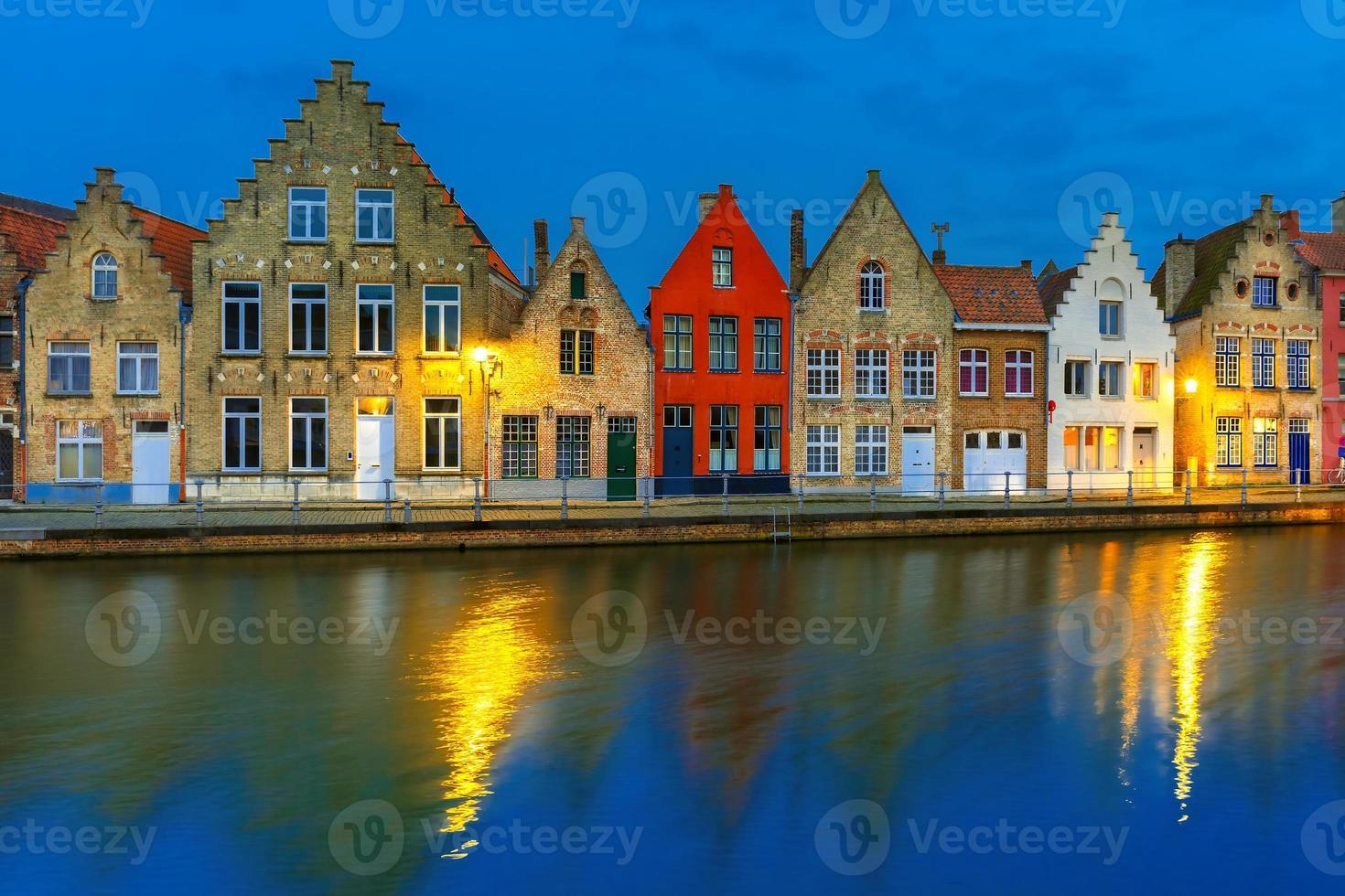 canal de bruges noite com belas casas coloridas foto