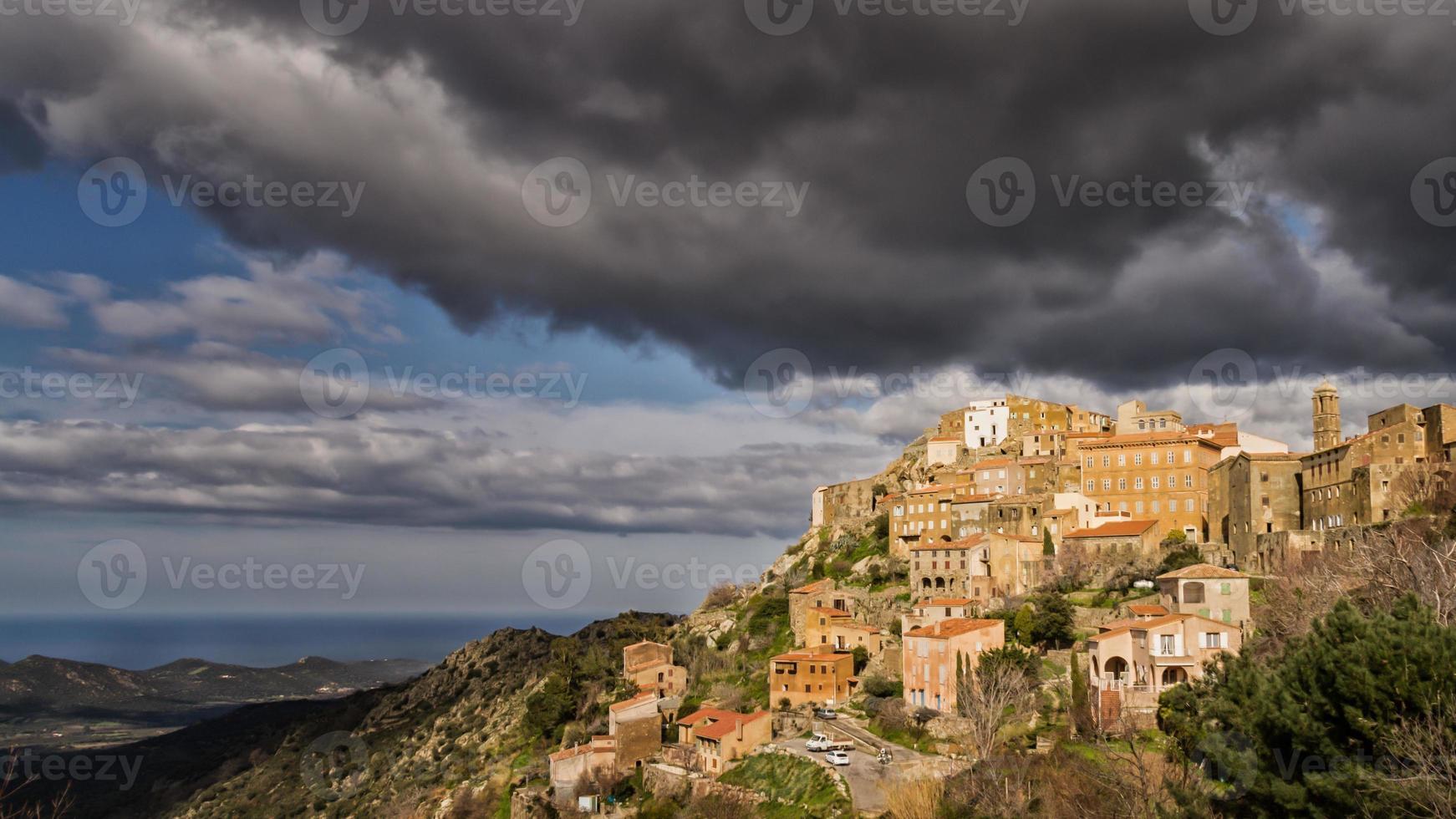 aldeia de speloncato na região de balagne da córsega foto