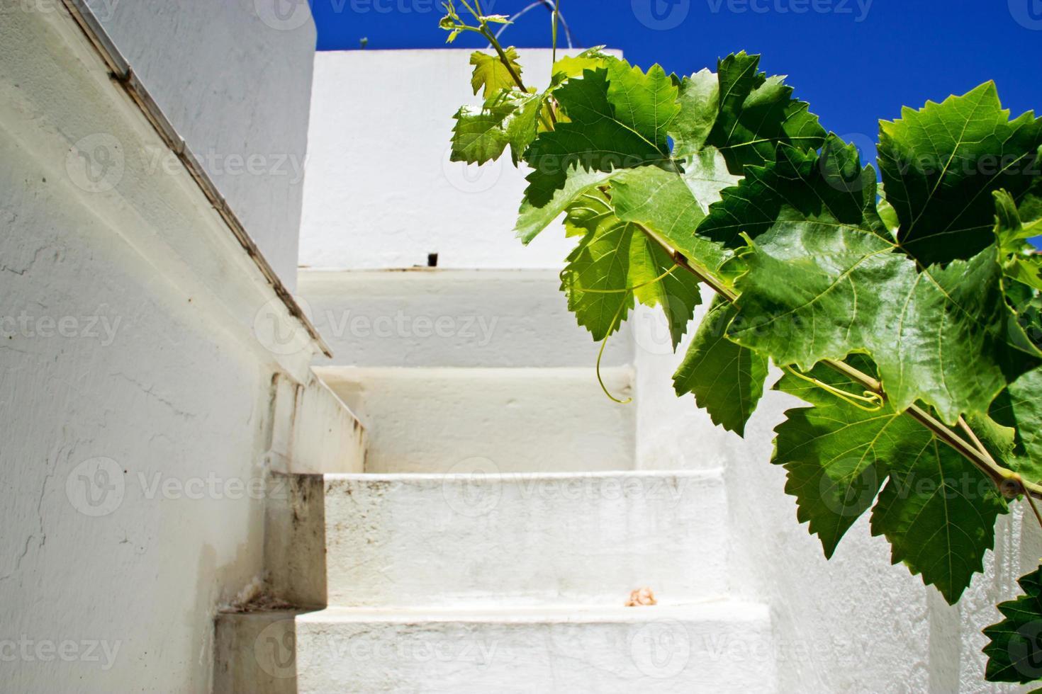 escada branca no exterior foto