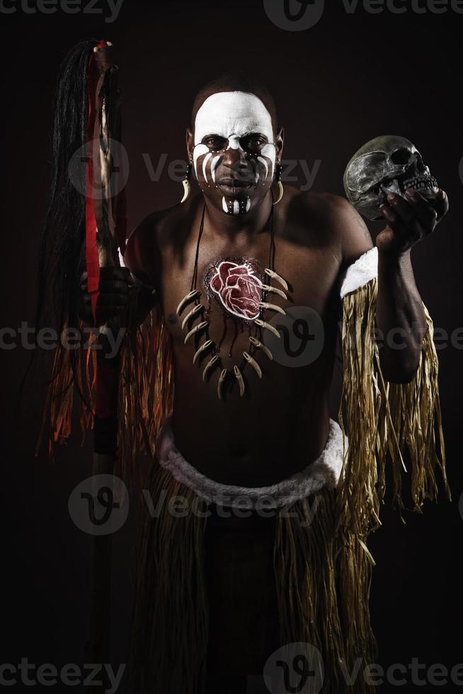 homem africano com caveira foto