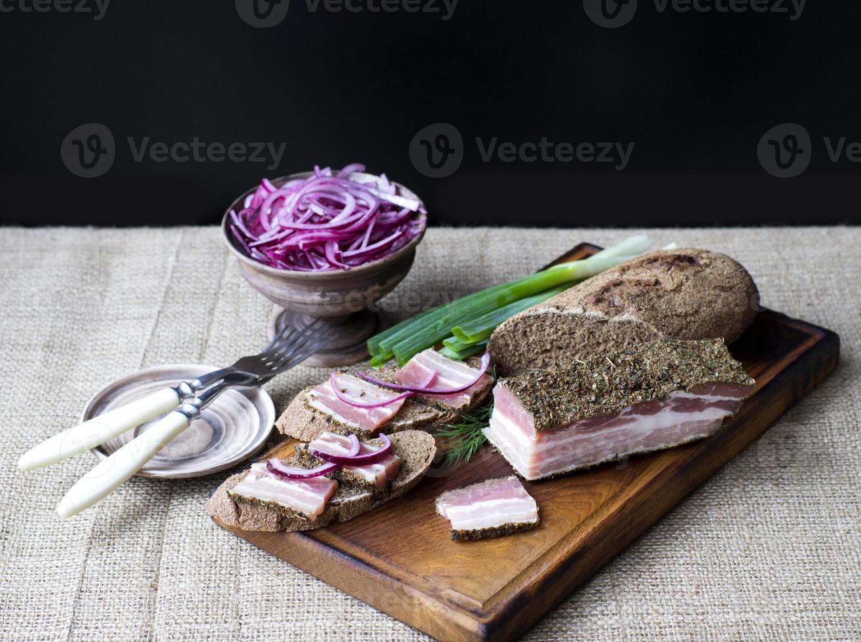 bacon defumado com cebola e pão de centeio foto