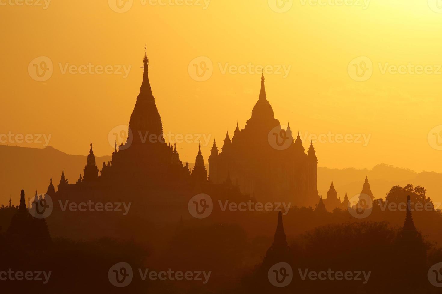 templos de bagan ao pôr do sol foto