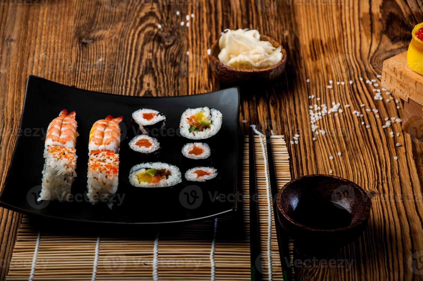 conjunto de sushi maravilhoso, tema oriental na mesa de madeira velha foto
