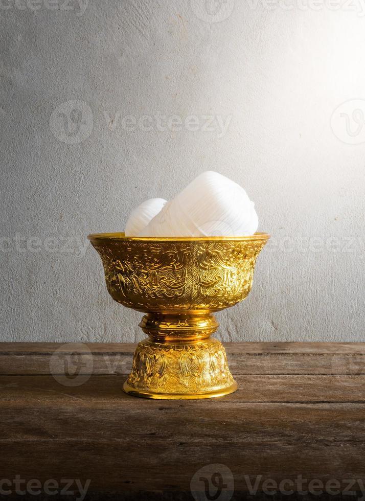 fio sagrado na bandeja de ouro de Tailândia com pedestal foto