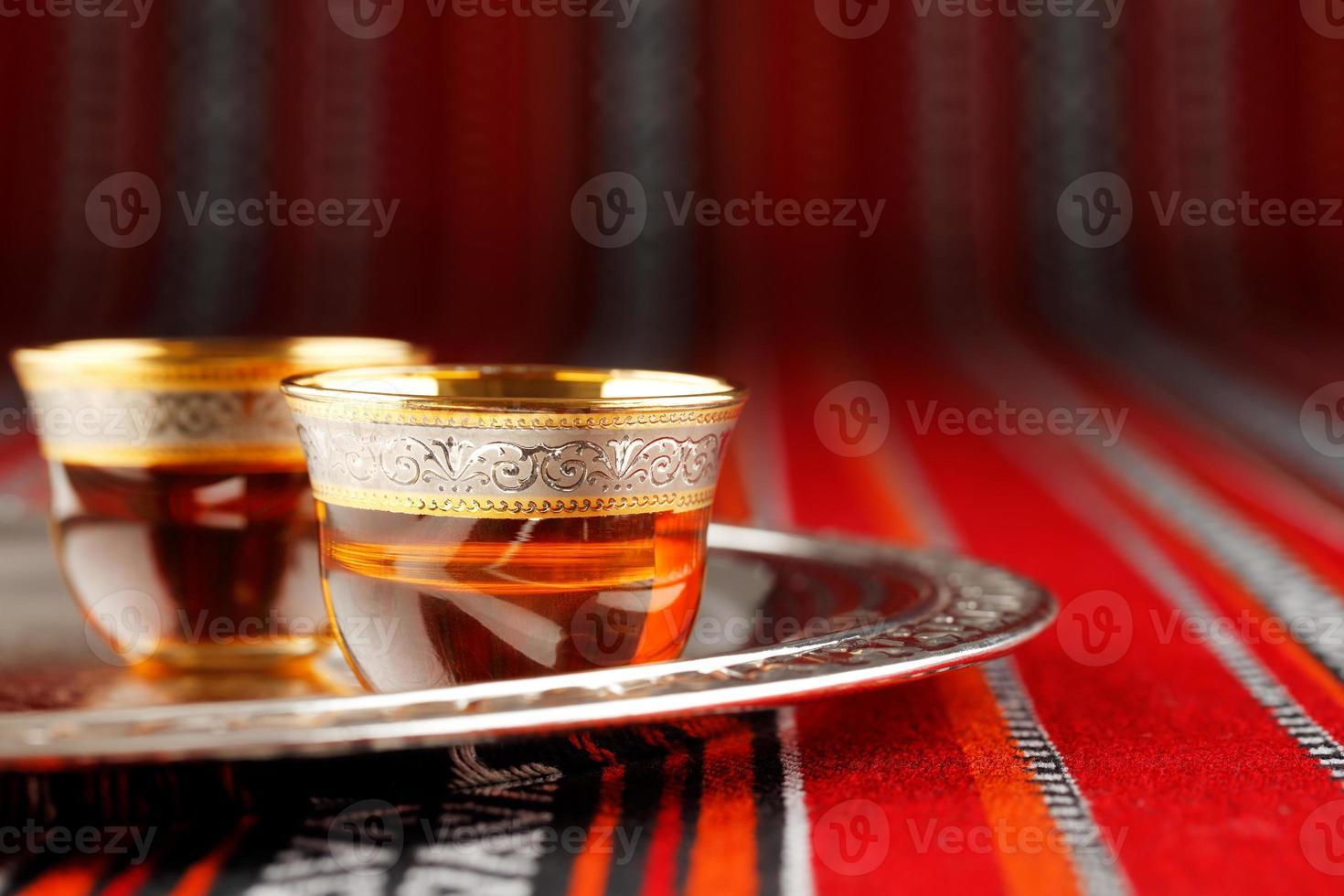 bandeja de xícaras de chá árabe em tecido árabe foto