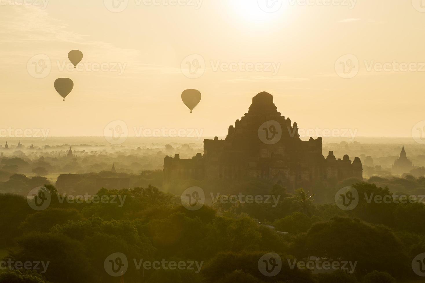templos em bagan, myanmar foto