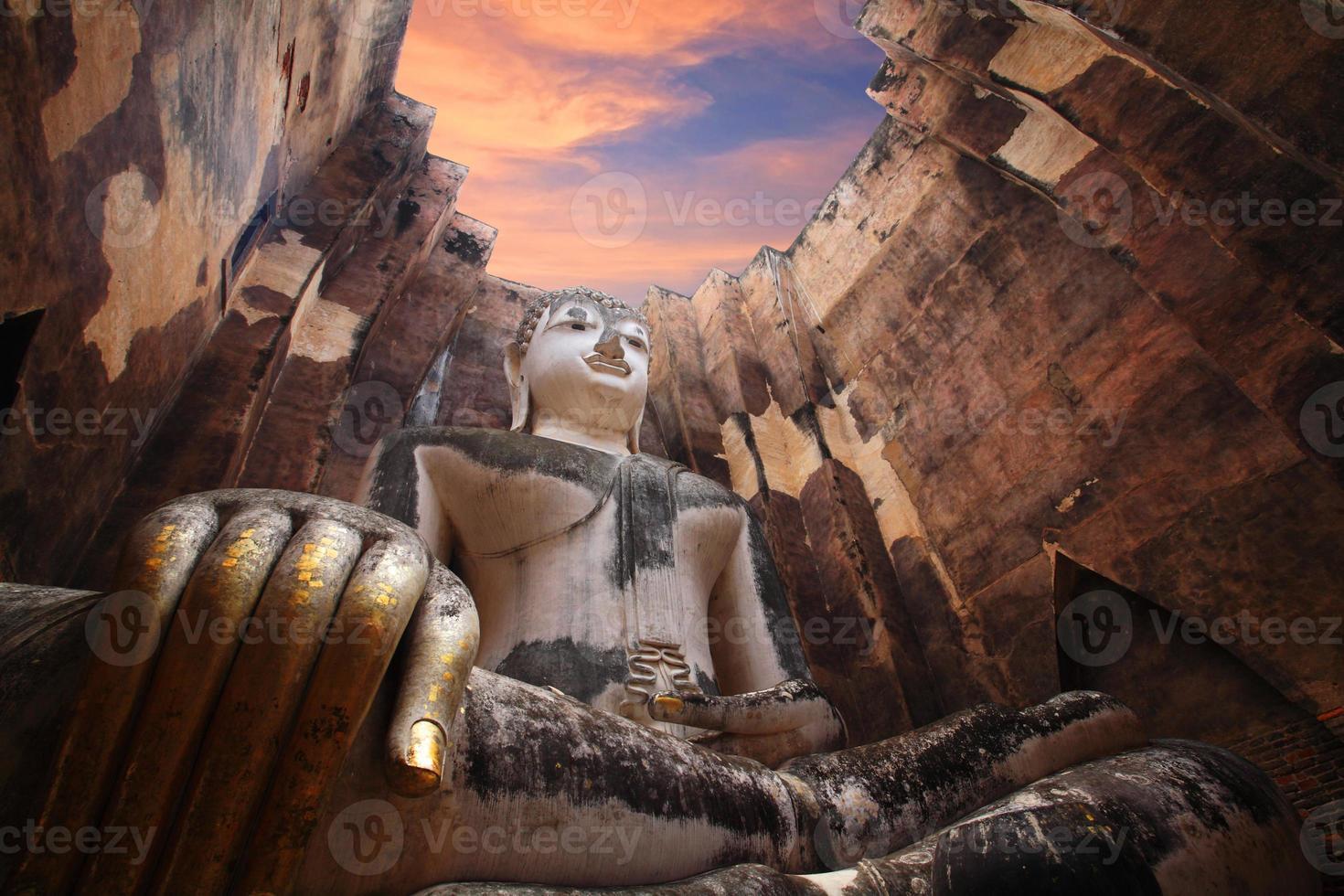 antiga estátua de Buda contra o céu crepuscular em sukhothai foto