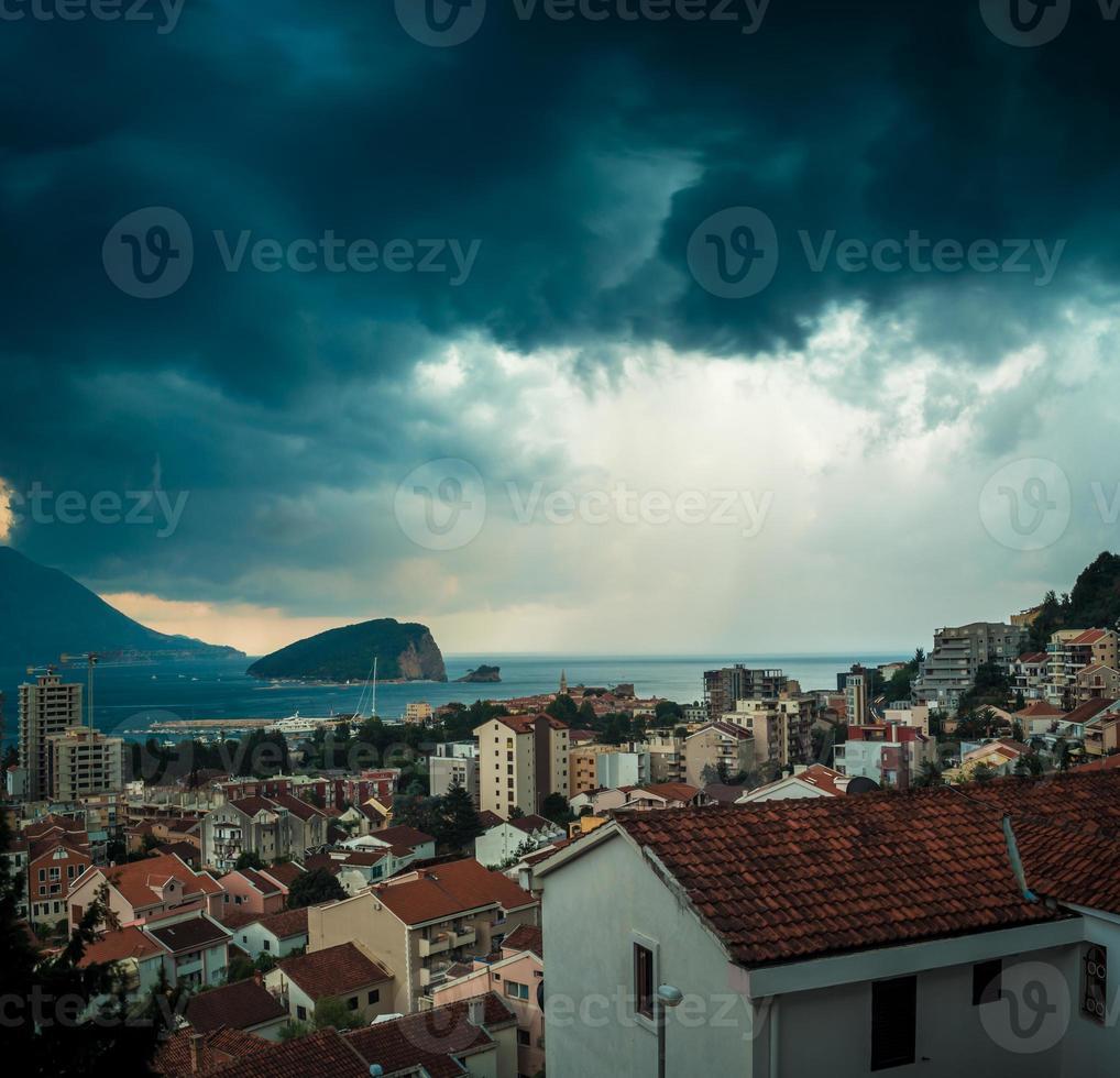 céu tempestuoso acima budva, montenegro foto