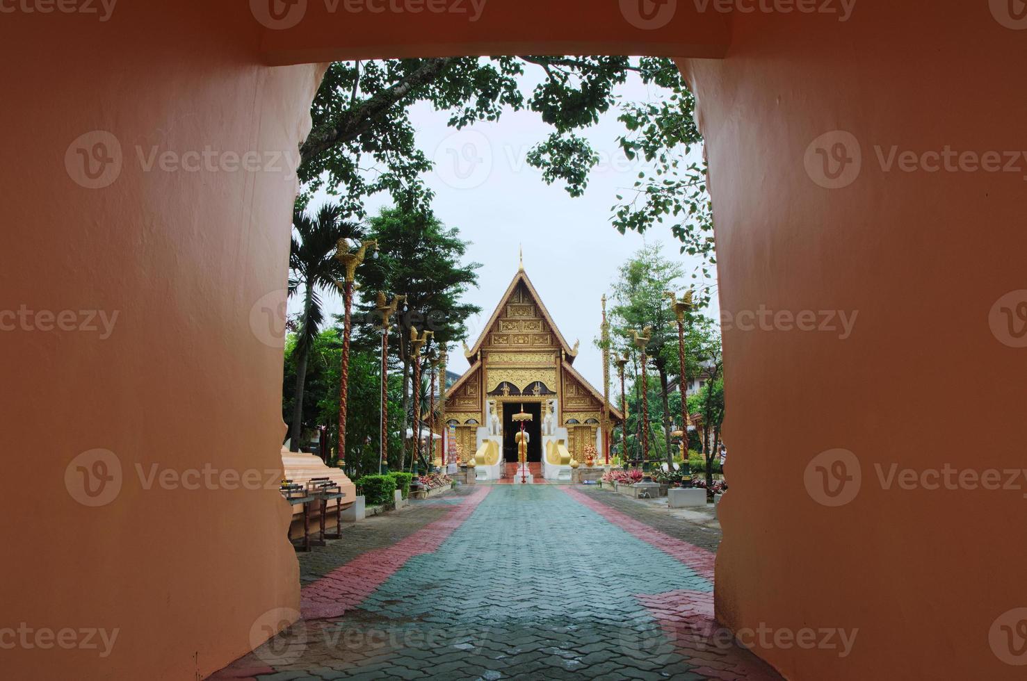 wat phra canta o templo em chiang rai, olha pela porta foto