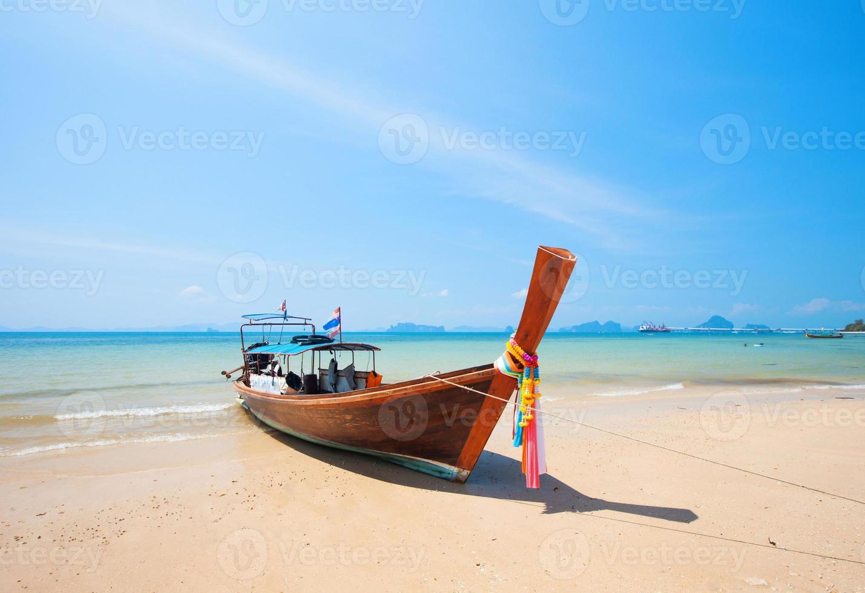 barco longtail e bela praia com areia branca foto