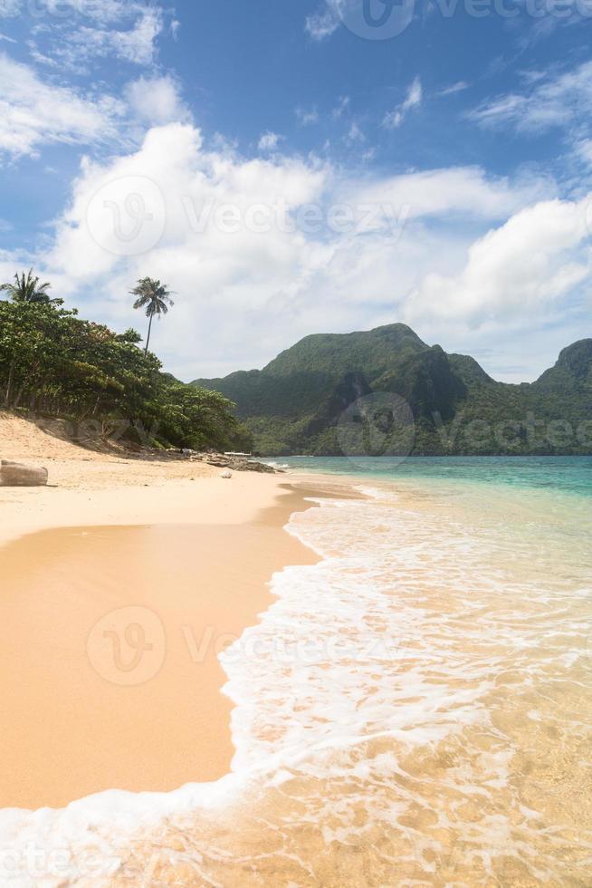 praia deslumbrante em el nido, filipinas foto