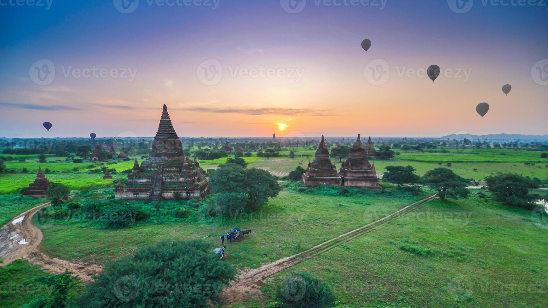 nascer do sol em bagan, myanmar foto