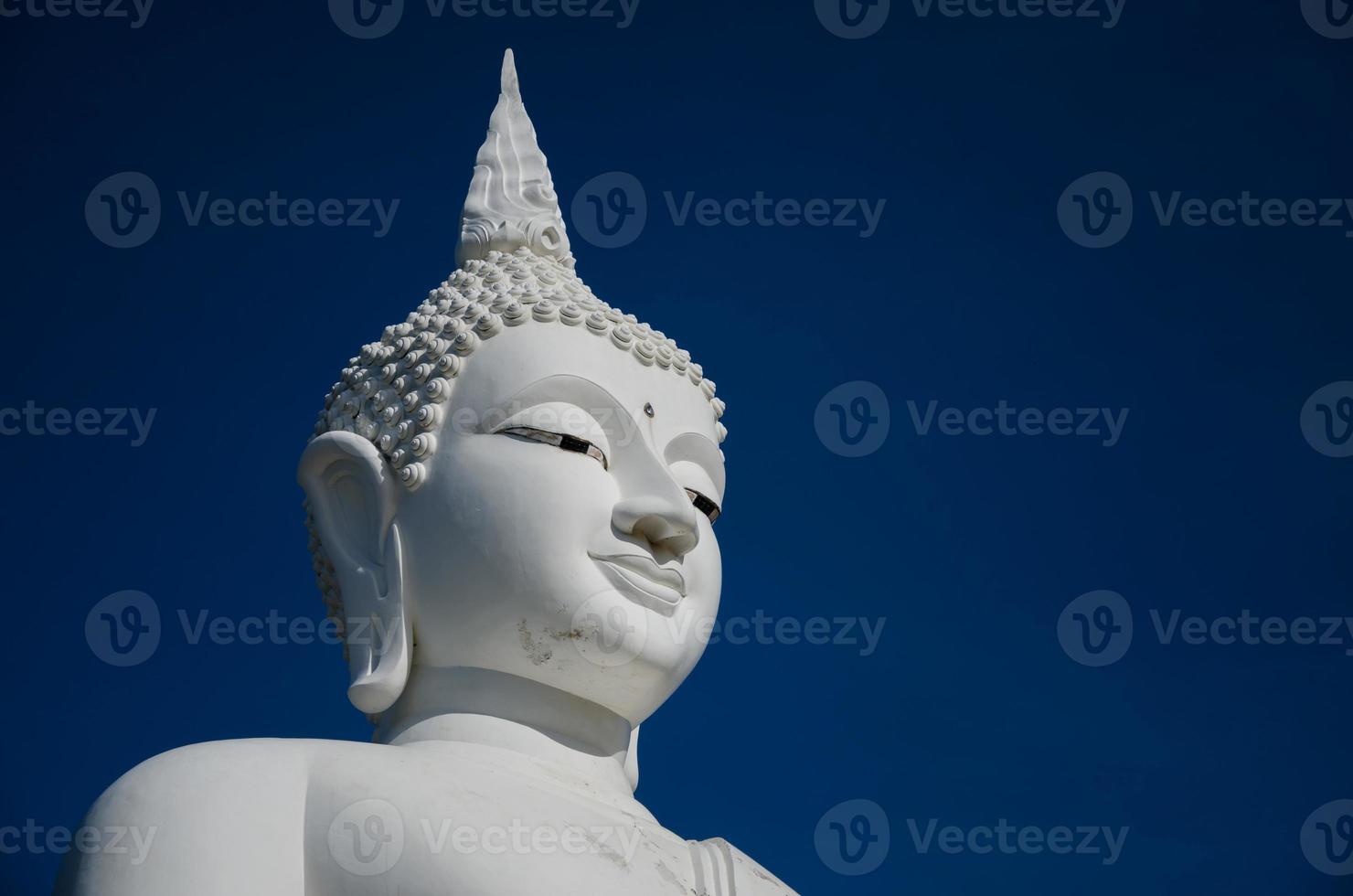 rosto da grande escultura de Buda branco no céu azul. foto