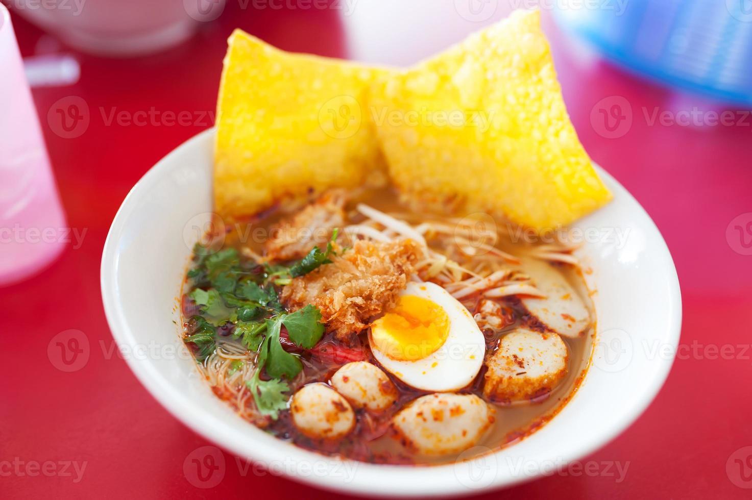 macarrão de porco tom yum, ovo de água condensada foto