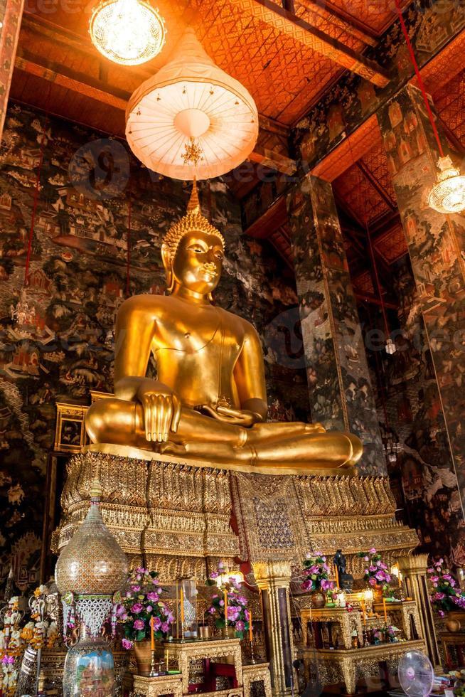 grande estátua de Buda bonita na igreja foto