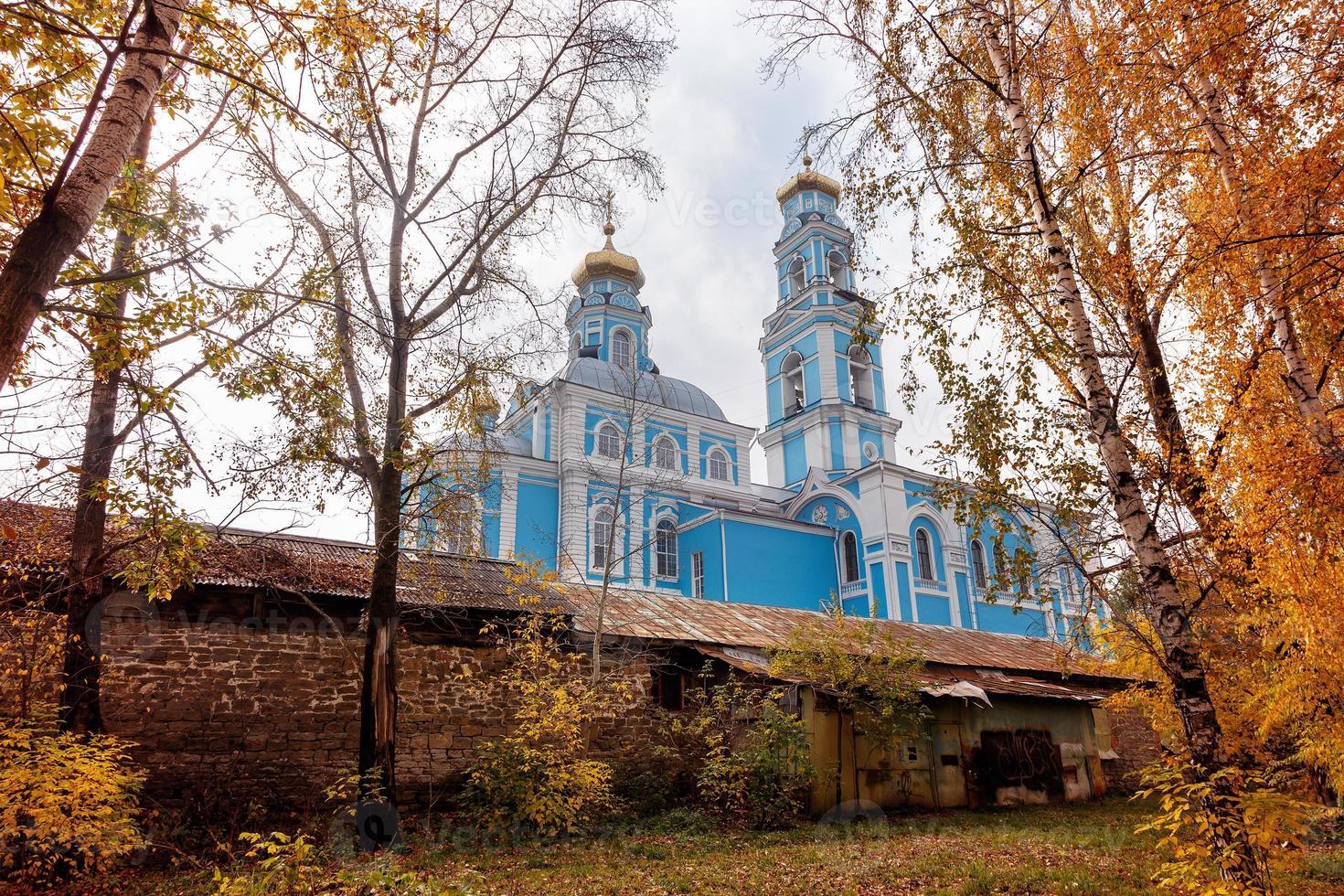 folhagem de outono ramos dia igreja construção foto