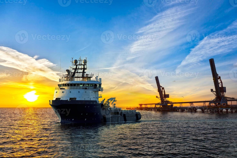 navio no porto foto