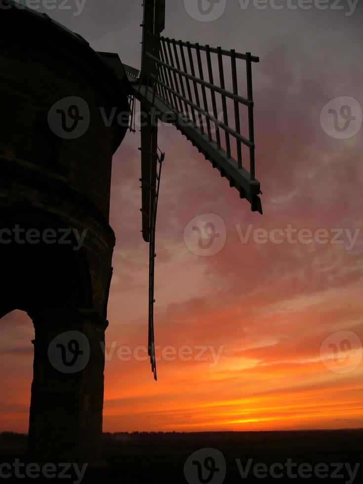 moinho de vento à noite foto