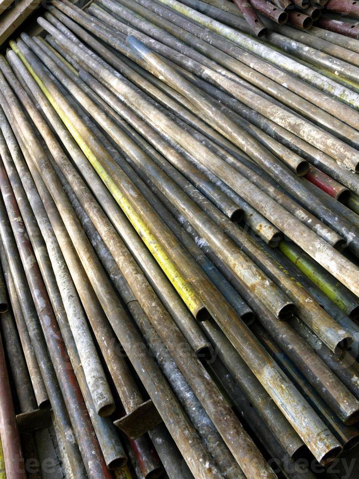 tubos velhos enferrujados para a construção de andaime foto