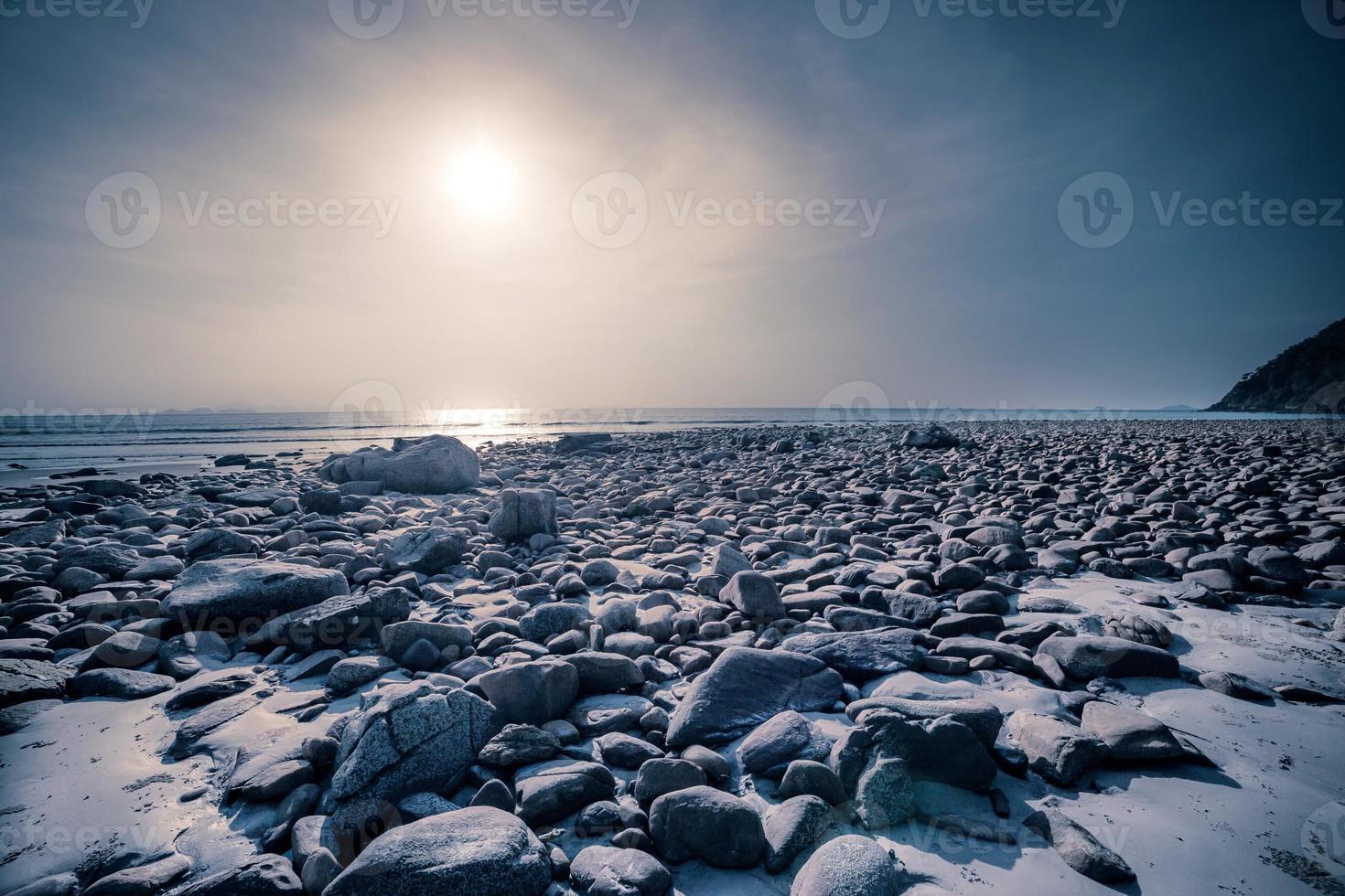 praia com pedra e mar tropical foto