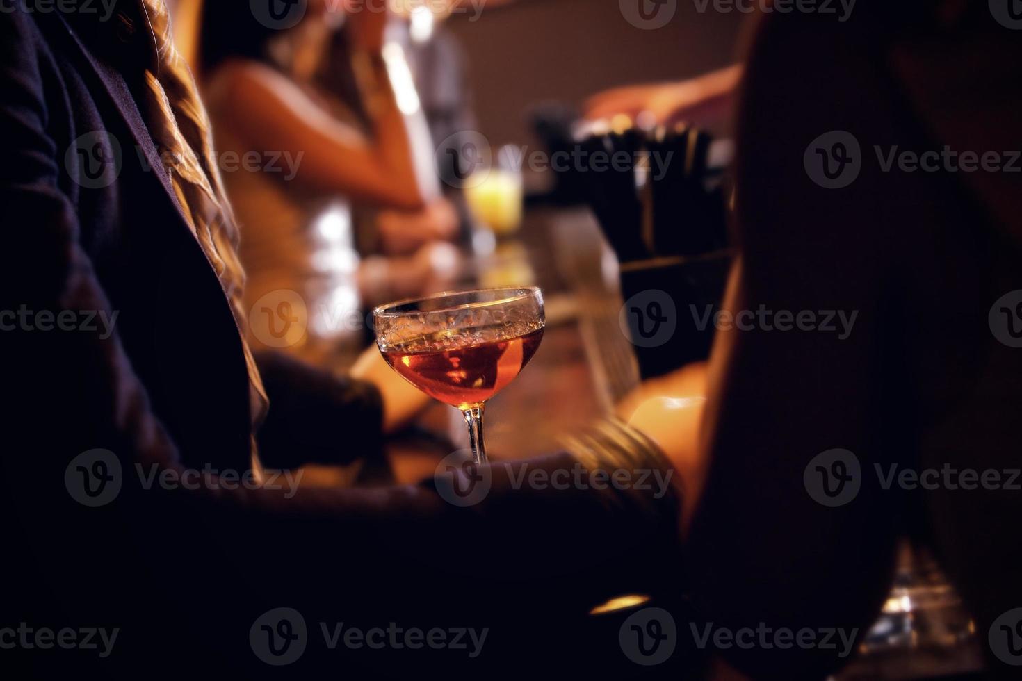 festeiros com copo de vinho em foco foto