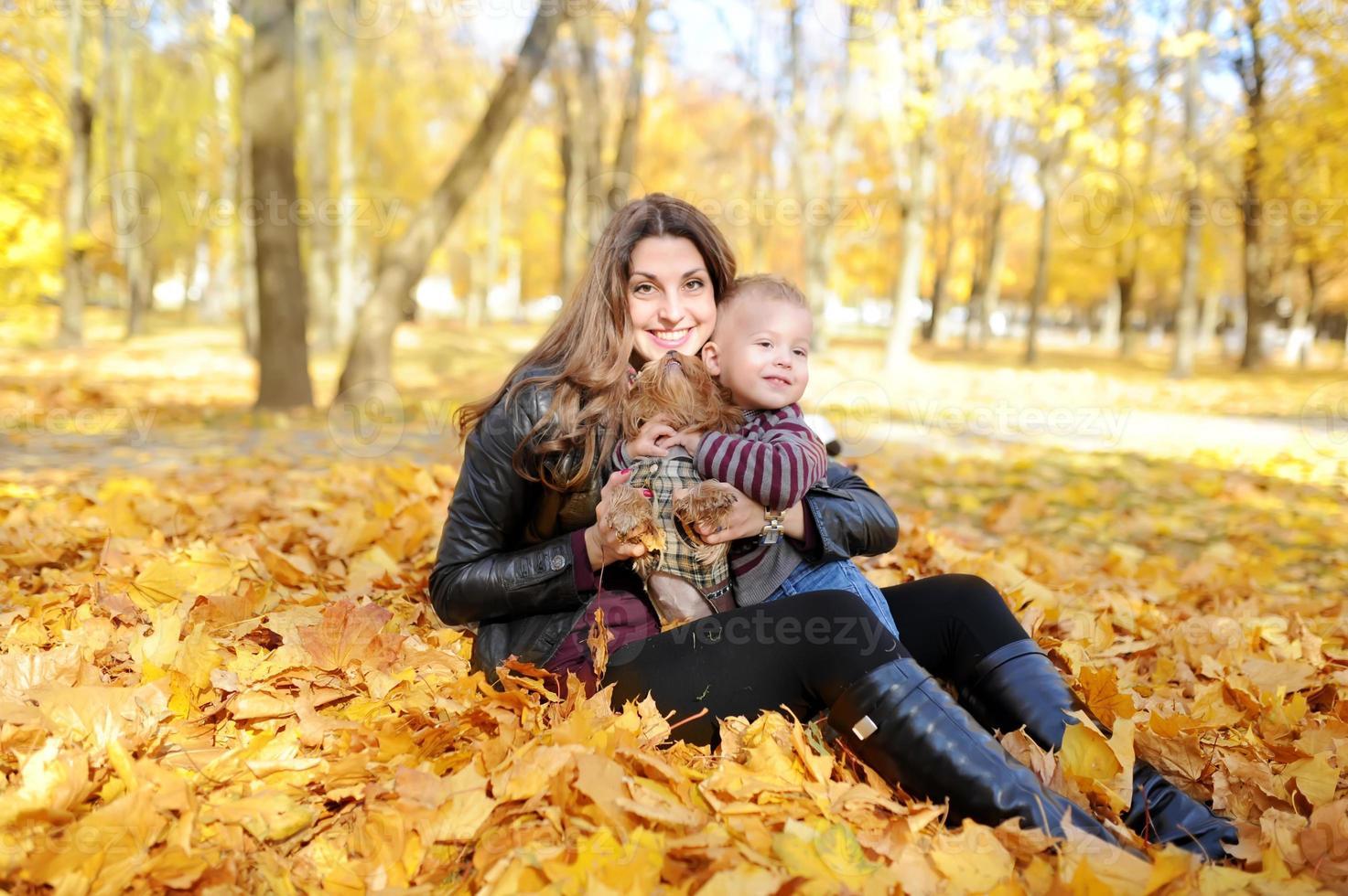 mãe e criança andam no parque outono foto