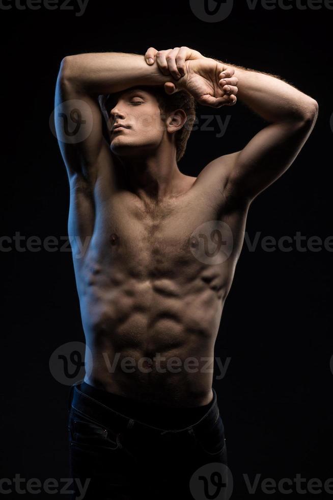 retrato de atleta ruiva bonito em topless no estúdio foto
