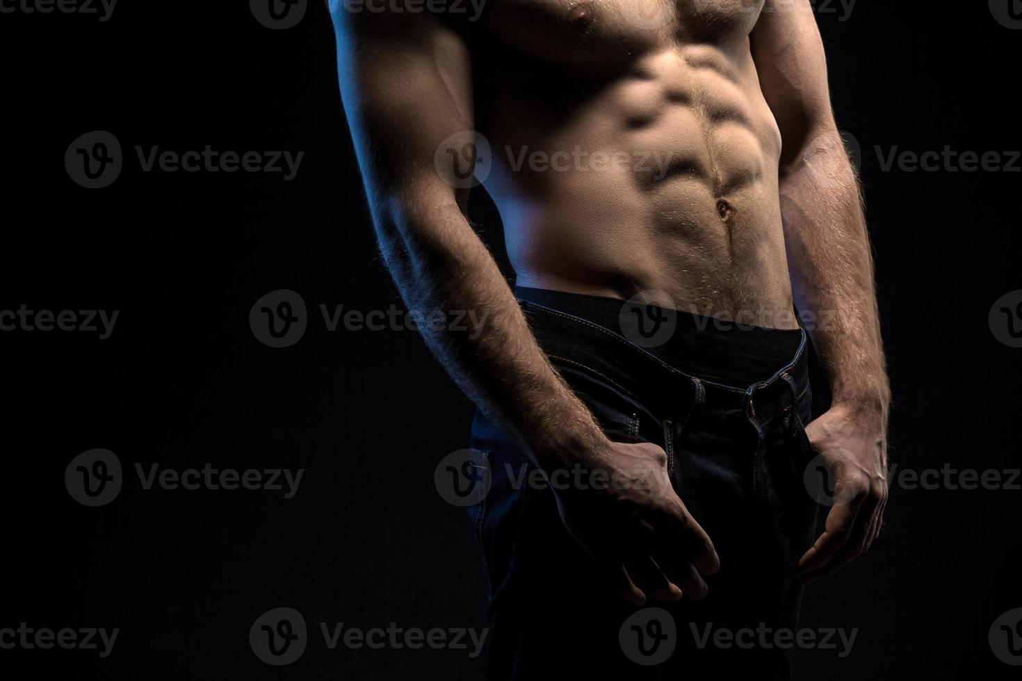 retrato de atleta bonito em topless no estúdio foto