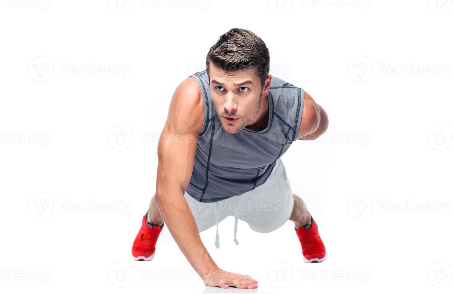 homem bonito de aptidão fazendo flexões foto