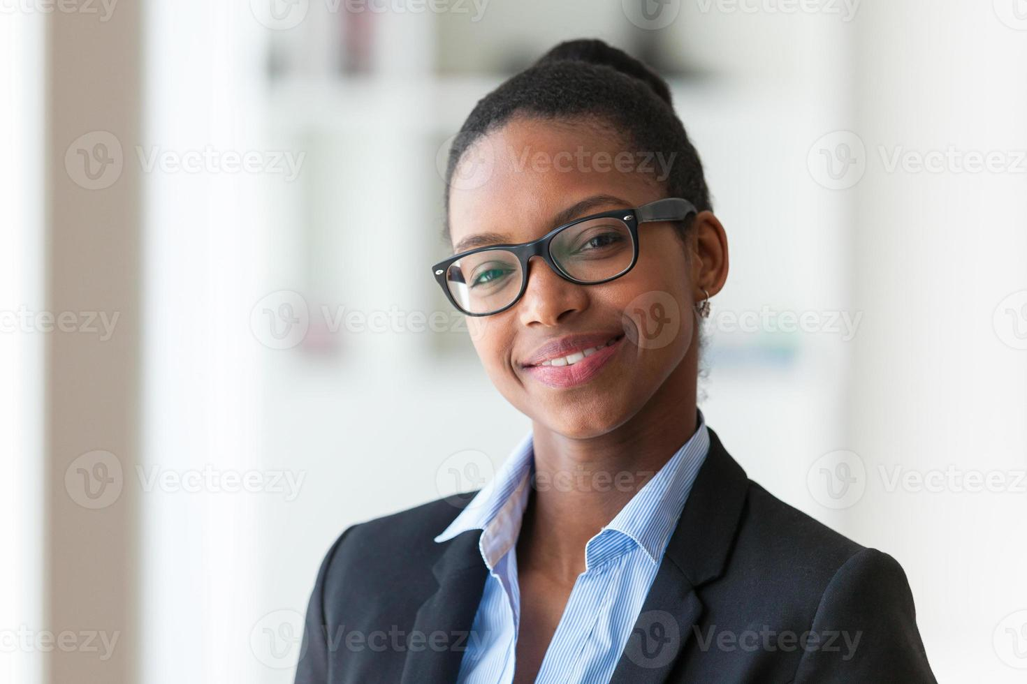 retrato de uma mulher de negócios americano africano jovem foto